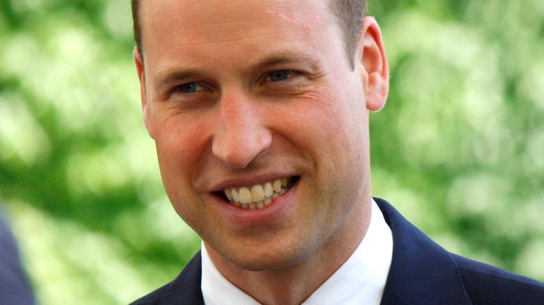 Prins William smiler og ser til side