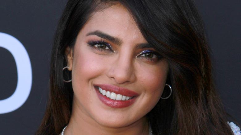 Priyanka Chopra smiler på rød løper