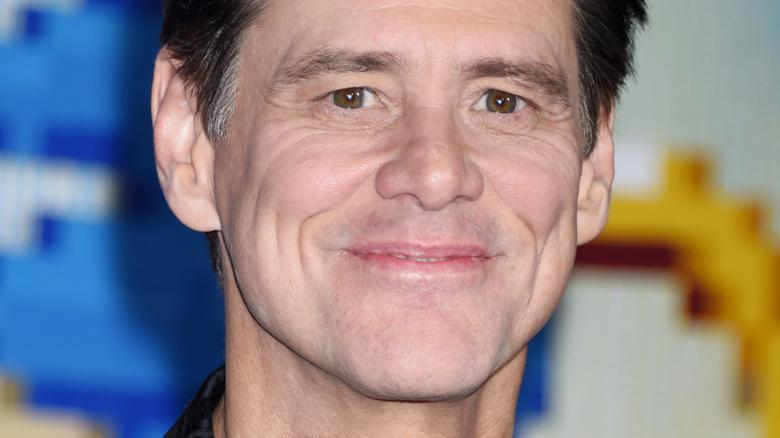 Jim Carrey smiler på den røde løperen