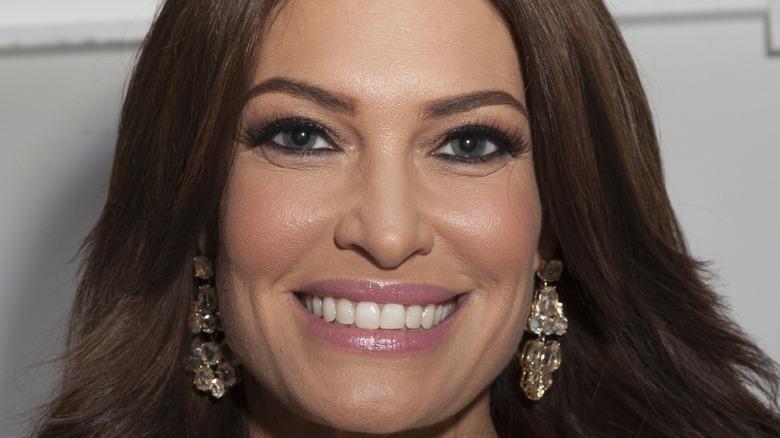 Kimberly Guilfoyle hengende øreringer smiler