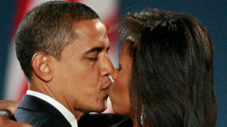 Michelle og Barack Obama kysser