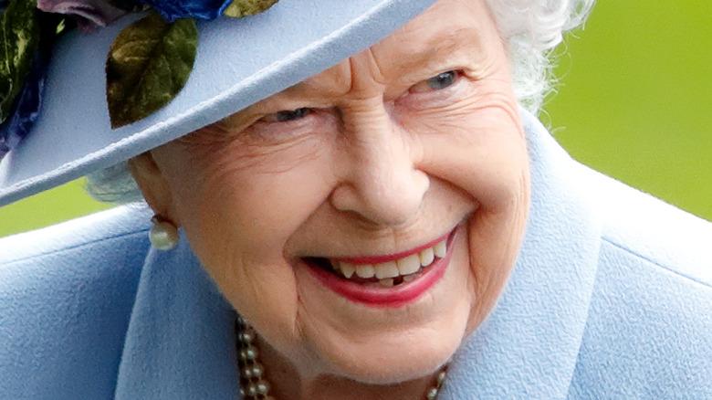 Dronning Elizabeth II smiler mot kameraet i 2019