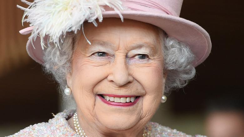 Dronning Elizabeth, smilende, iført hatt, 2017-bilde