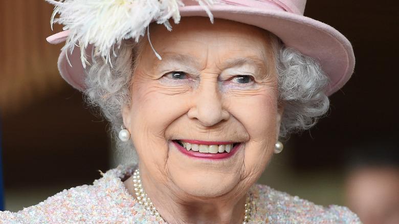 Dronning Elizabeth smiler over et forlovelse