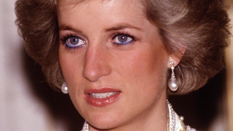 Prinsesse Diana iført perleøreringer.