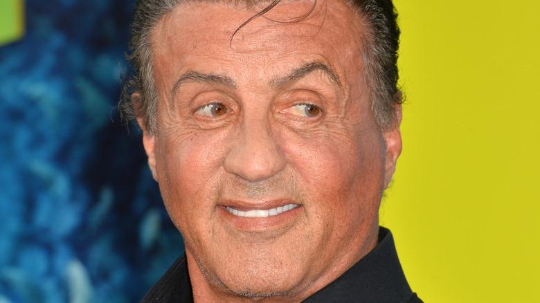 Sylvester Stallone smiler og ser til siden