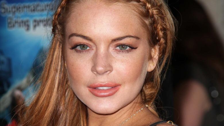 Mean Girls-stjernen Lindsay Lohan stirrer nøye på kameraet