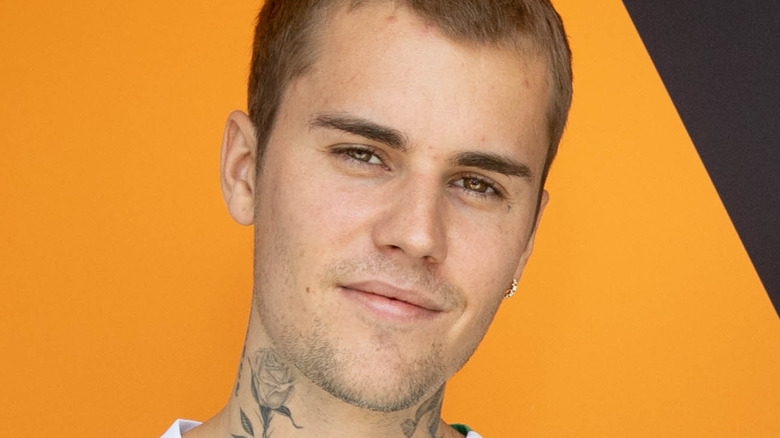 Justin Bieber smiler mot kameraet