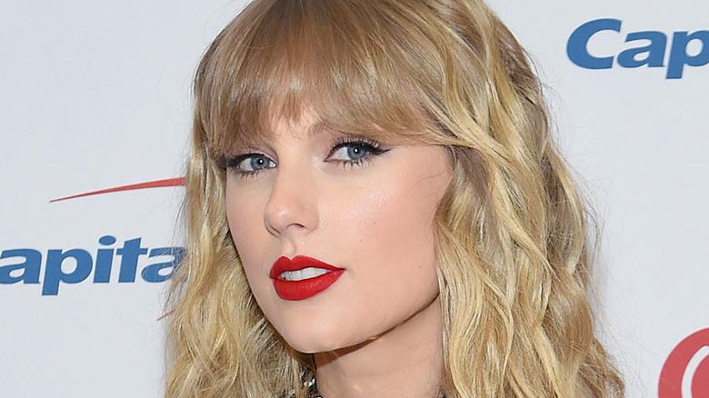 Taylor Swift ser på kameraet