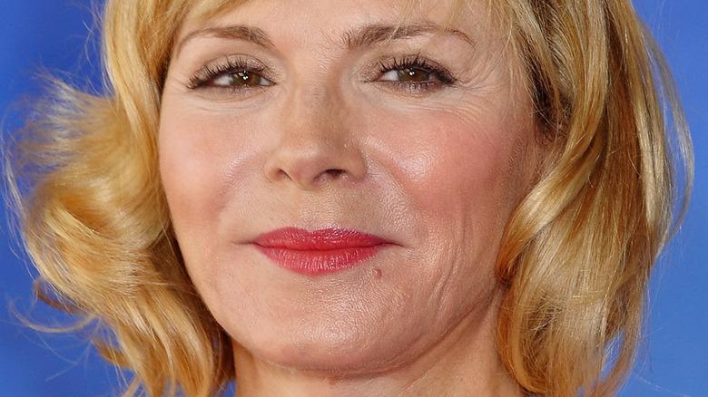 Kim Cattrall poserer i en rød leppestift