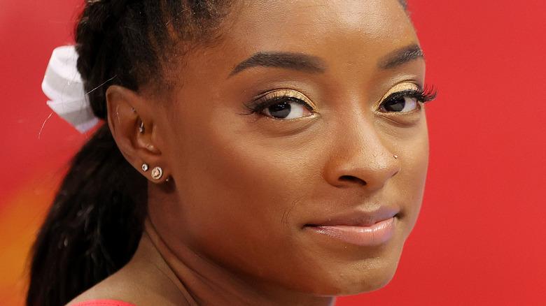 Simone Biles med øyenskygge i gull