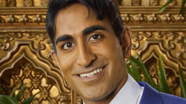 Vishal Parvani smiler på en sofa