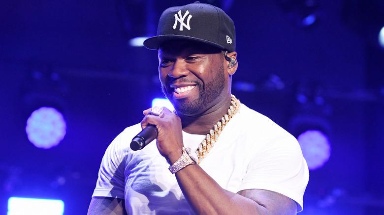 50 Cent opptrer på scenen