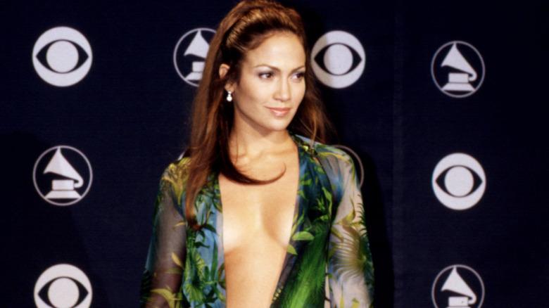 Jennifer Lopez smiler på den røde løperen i en grønn Versace -kjole