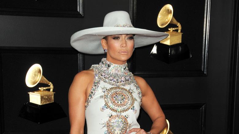 Jennifer Lopez gir et ulmende blikk på den røde løperen i en cowboyhatt