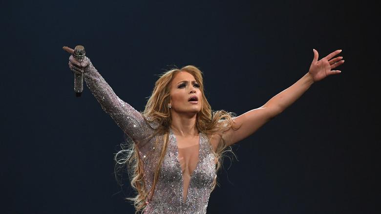 Jennifer Lopez legger armene opp på tur