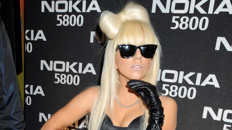 Lady Gaga med buefrisyre og solbriller