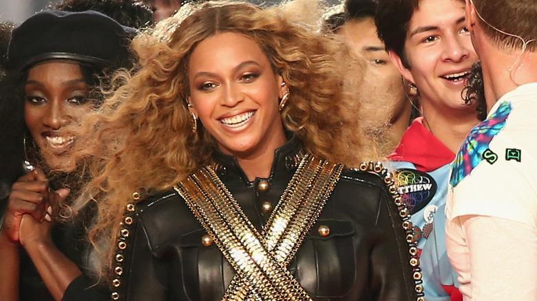 Beyonce smiler til Super Bowl