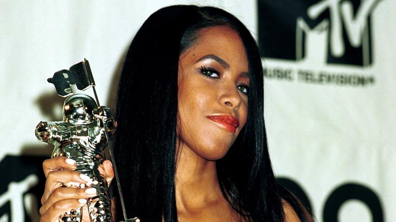 Aaliyah poserer med en pris på et arrangement