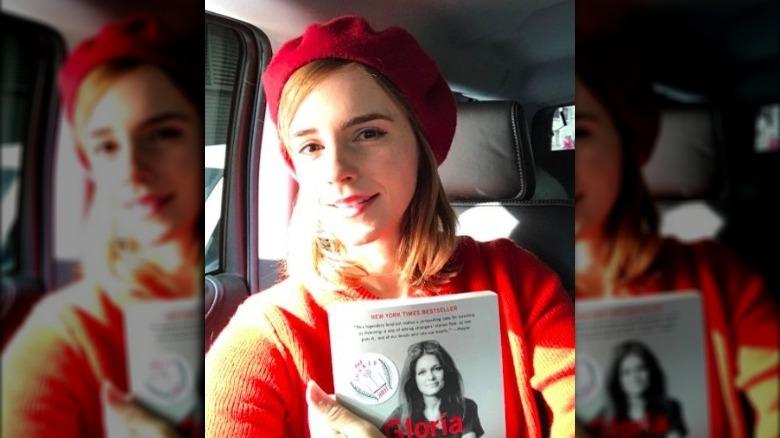 Emma Watson holder en bok