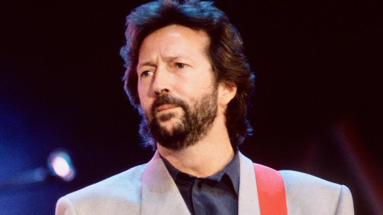 Eric Clapton på scenen med gitar
