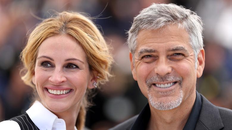 Julia Roberts og George Clooney smiler