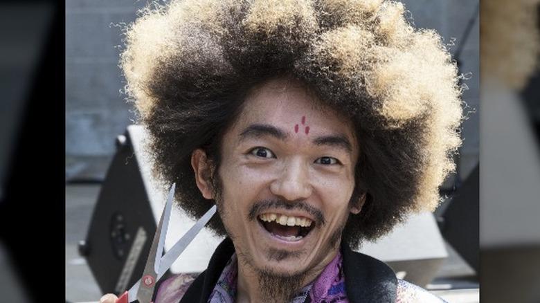 Kooan Kosuke poserer med stoffsaks