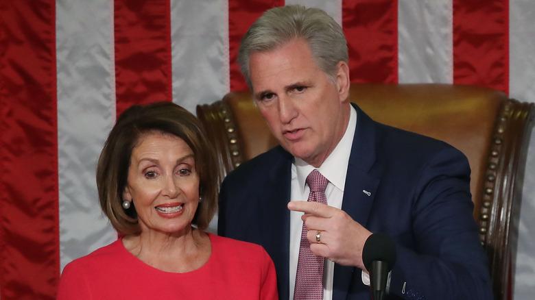 Nancy Pelosi står i nærheten av Kevin McCarthy