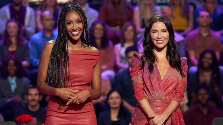 Tayshia Adams og Kaitlyn Bristowe på scenen på 'The Bachelorette: Men Tell All'