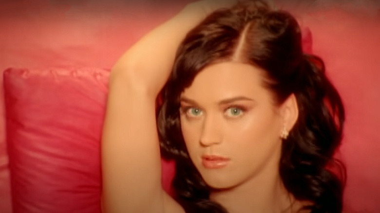 Katy Perry ligger