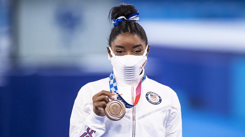 Simone Biles med sin bronsemedalje