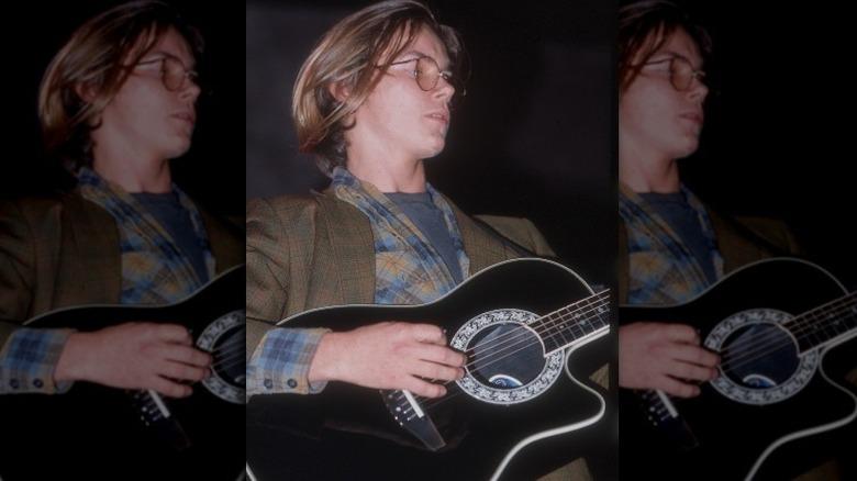 River Phoenix spiller gitar