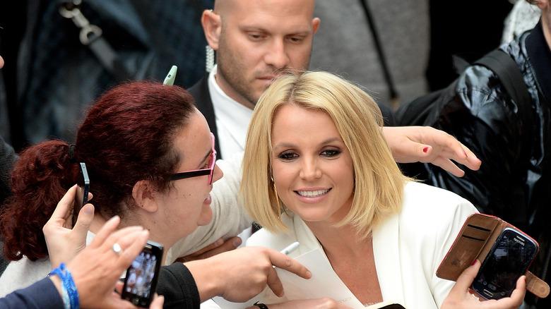 Britney Spears poserer med støttespillere