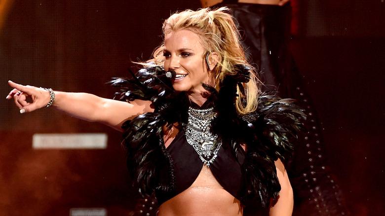 Britney Spears pekte mens hun opptrådte