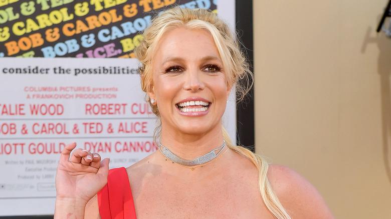 Britney Spears smiler og vinker