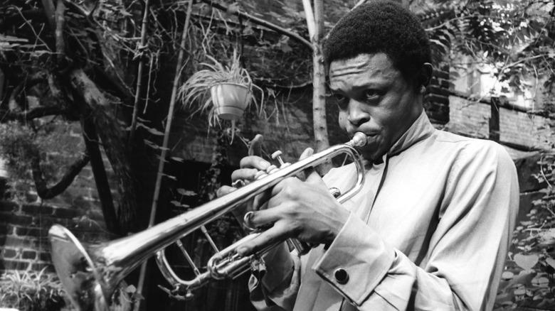 Hugh Masekela spiller trompet