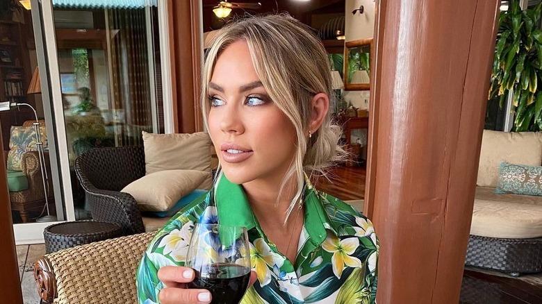 Rachel Bradshaw poserer med vin