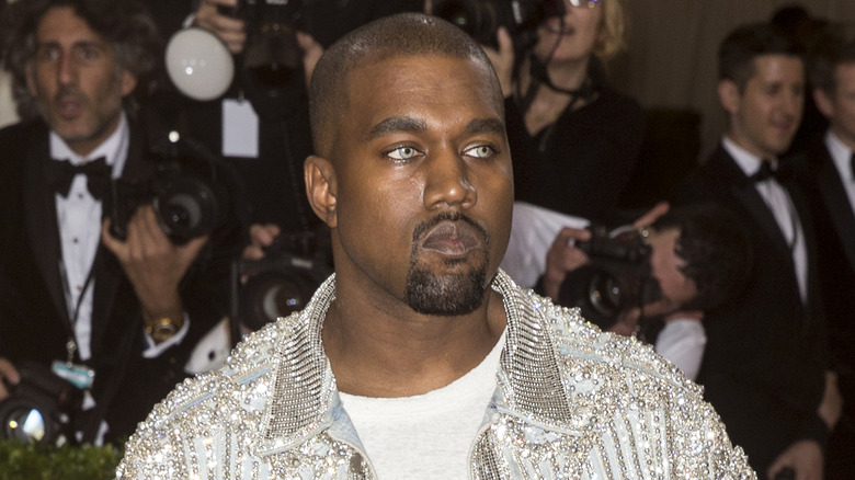 Kanye West poserer på rød løper