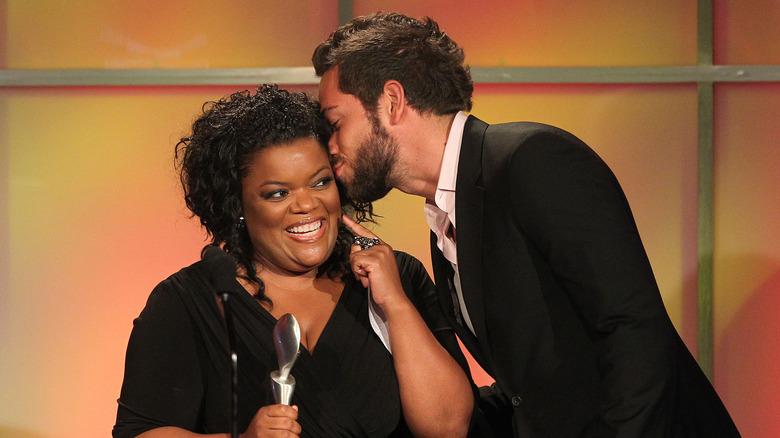 Zachary Levi kysser Yvette Nicole Brown på kinnet