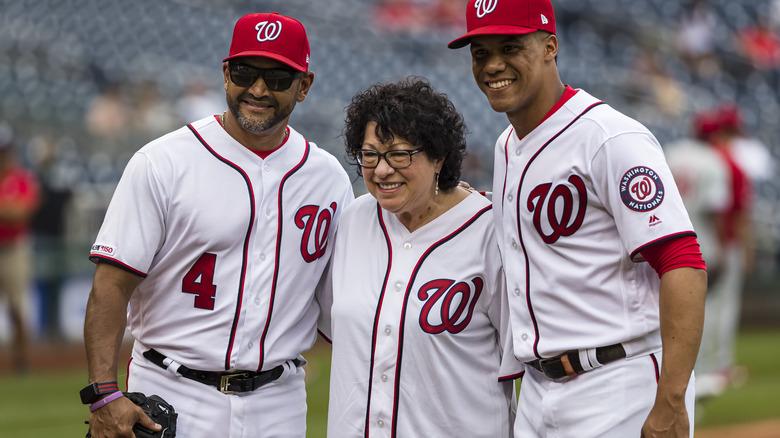 Sonia Sotomayor står sammen med Juan Soto og Dave Martinez