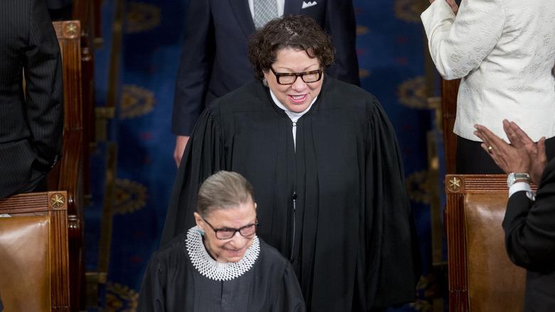 Ruth Bader Ginsberg og Sonia Sotomayor smiler begge