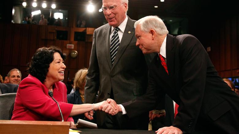 Sonia Sotomayor og Jeff Sessions håndhilser