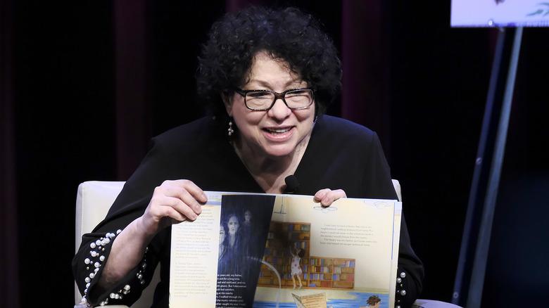 Sonia Sotomayor med boken sin i tale