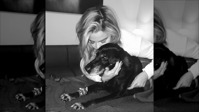 Khloe Kardashian kysser hunden Gabbana