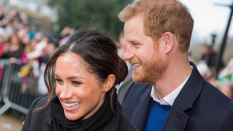 Prins Harry og forloveden Meghan Markle hilser skolebarn i Cardiff i 2018