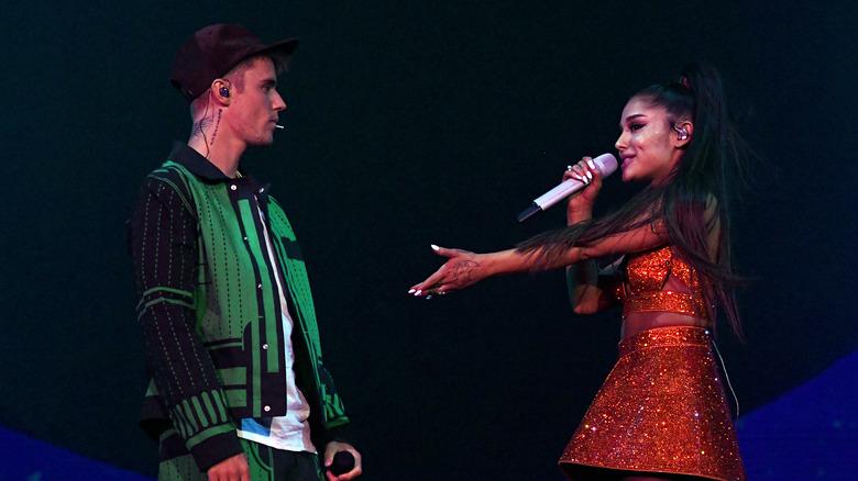 Ariana Grande og Justin Bieber på scenen