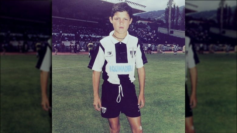 Cristiano Ronaldo i fotballutstyr som barn