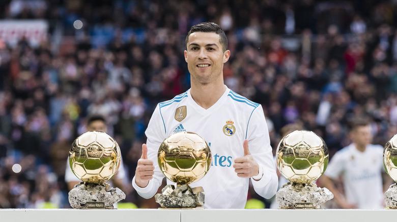 Cristiano Ronaldo med sine Ballon D'Or -trofeer