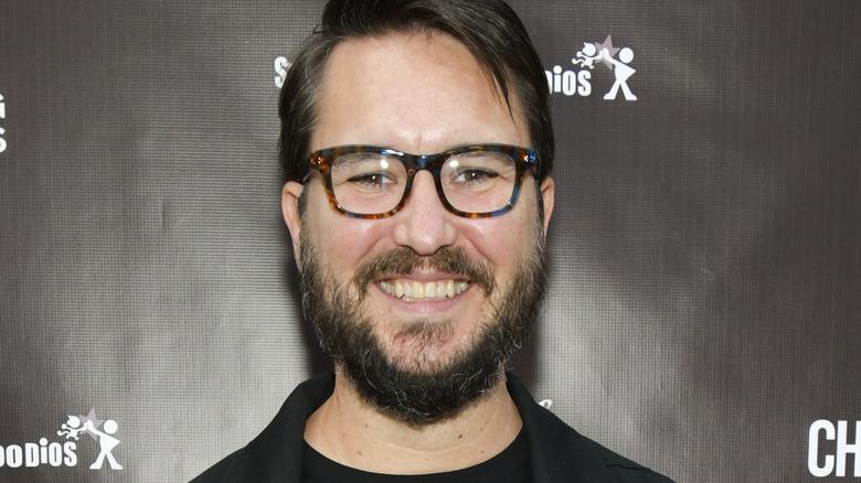 Wil Wheaton smiler med briller
