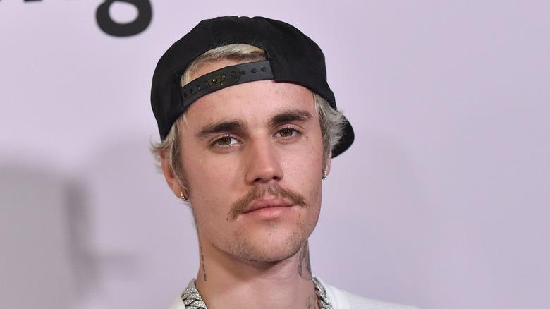 Justib Bieber iført baseballcap med alvorlig uttrykk